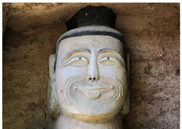 Xôn xao hình ảnh hai bức tượng Phật trong hang đá bất ngờ mỉm cười, nguyên nhân đằng sau khiến ai cũng ngỡ ngàng - Ảnh 3.