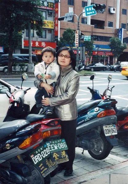 Bộ ảnh lồng ghép ấn tượng của bà mẹ đơn thân Đài Loan: Dành 17 năm ghi lại hành trình trưởng thành cùng con trai động lòng người - Ảnh 19.