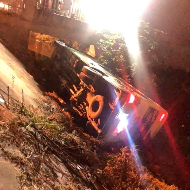 Xe chở 30 học sinh Thanh Hóa đi chụp ảnh kỷ yếu bị lật: Nhà trường nói gì? - Ảnh 1.
