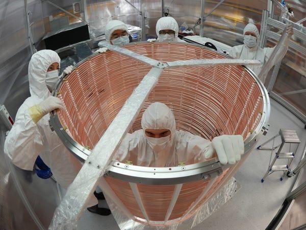 Thí nghiệm tìm kiếm vật chất tối, các nhà khoa học vô tình phát hiện ra thứ có thể đảo lộn cả nền vật lý cơ bản - Ảnh 3.