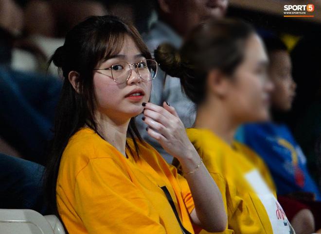 Huỳnh Anh cùng người chị thân thiết có mặt ở Sài Gòn trước trận đấu của Quang Hải - Ảnh 2.