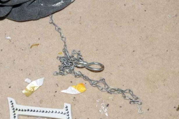 Bé trai 2 tuổi qua đời sau khi bị mẹ và nhân tình bạo hành, nhốt trong phòng với chuột, bằng chứng tra tấn đứa trẻ gây phẫn nộ - Ảnh 4.