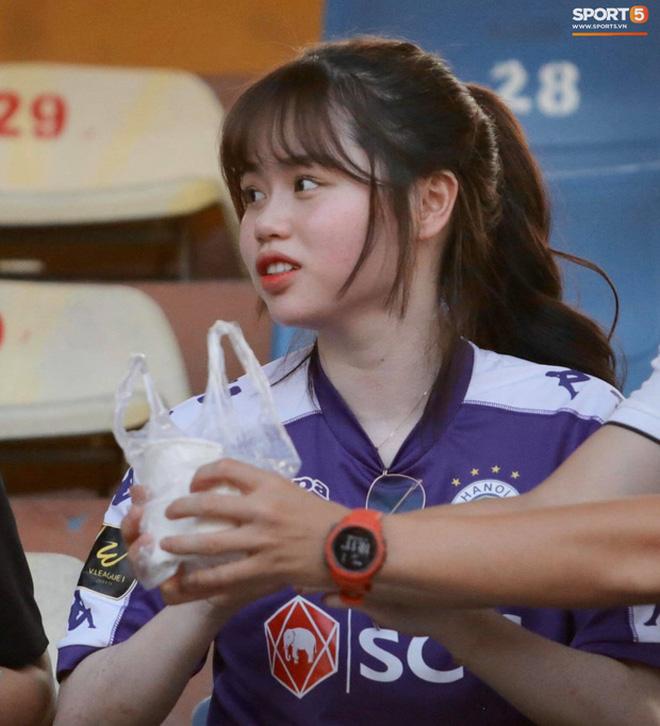 Huỳnh Anh cùng người chị thân thiết có mặt ở Sài Gòn trước trận đấu của Quang Hải - Ảnh 3.