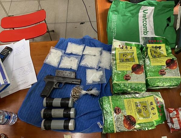 Băng nhóm buôn ma tuý xuyên quốc gia đi siêu xe thu gần 100 kg ma tuý, súng, quả nổ - Ảnh 2.