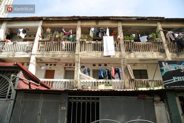 Ảnh: Hãi hùng cảnh khu tập thể xập xệ ở Hà Nội, ngói nằm lơ lửng khiến người dân nơm nớp lo sợ - Ảnh 2.