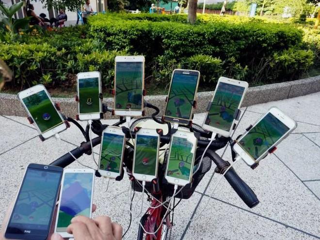 Ông lão nổi tiếng nhờ chơi Pokémon Go trên xe đạp vừa nâng cấp lên dàn 64 chiếc smartphone - Ảnh 2.