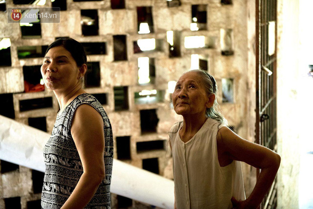 Ảnh: Hãi hùng cảnh khu tập thể xập xệ ở Hà Nội, ngói nằm lơ lửng khiến người dân nơm nớp lo sợ - Ảnh 18.