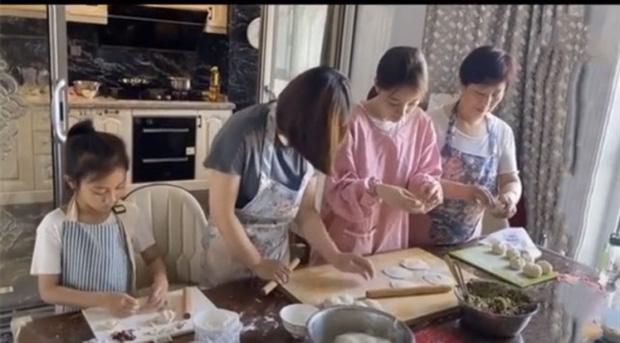 Lý Tiểu Lộ càng ngày giàu hậu ly hôn: Thuê 3 bảo mẫu cho con, khoe nhà sang chảnh, kiếm tiền tỷ nhờ livestream - Ảnh 3.