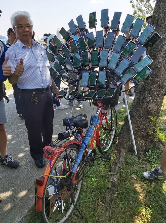 Ông lão nổi tiếng nhờ chơi Pokémon Go trên xe đạp vừa nâng cấp lên dàn 64 chiếc smartphone - Ảnh 3.