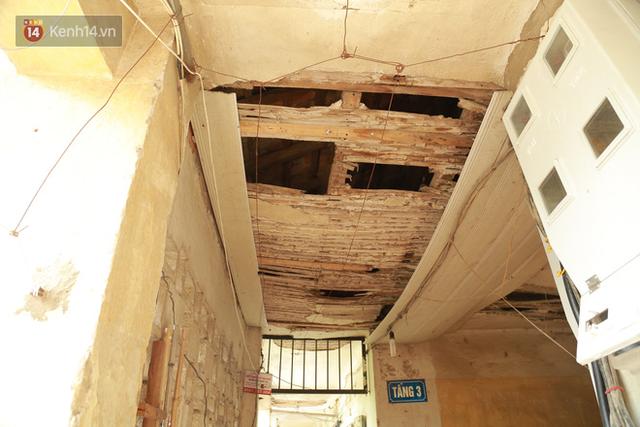 Ảnh: Hãi hùng cảnh khu tập thể xập xệ ở Hà Nội, ngói nằm lơ lửng khiến người dân nơm nớp lo sợ - Ảnh 10.