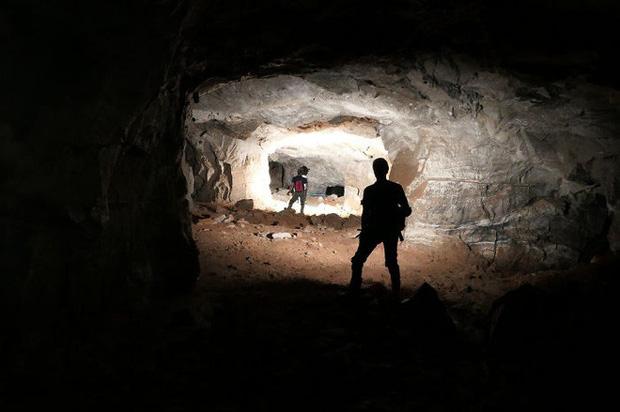 Thử khám phá hố tử thần sâu hun hút xuất hiện giữa khu phố, ai ngờ phát hiện ra cả hệ thống hầm mỏ bí ẩn nằm ngay bên dưới - Ảnh 1.