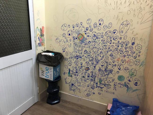 Cho con thoải mái vẽ tranh trừu tượng lên tường, bố mẹ giờ đây chỉ biết khóc thét, lên mạng tìm người cùng cảnh ngộ - Ảnh 1.