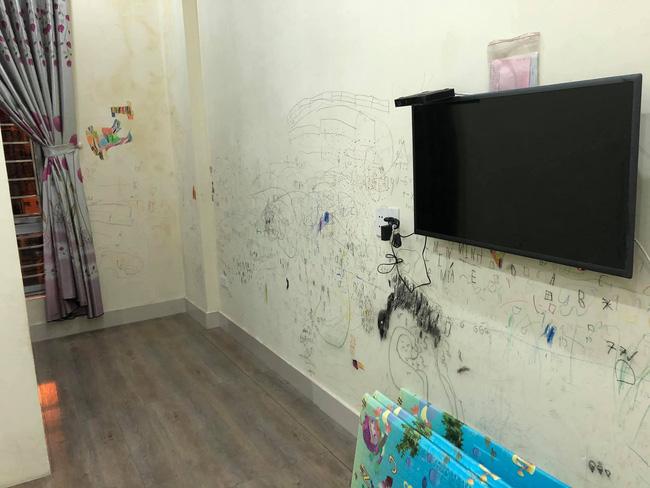 Cho con thoải mái vẽ tranh trừu tượng lên tường, bố mẹ giờ đây chỉ biết khóc thét, lên mạng tìm người cùng cảnh ngộ - Ảnh 2.