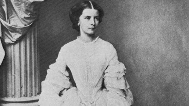 Số phận của vị hoàng hậu đẹp nhất châu Âu: Bị mang danh cướp chồng của chị gái, bước vào lồng son là một chuỗi những bi kịch đau đớn - Ảnh 4.