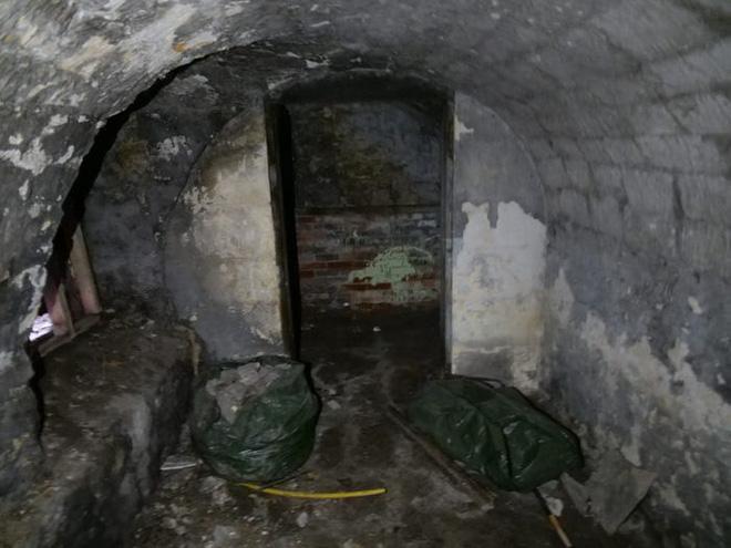Thích cải tạo nhà lúc rảnh rỗi, người đàn ông gây bất ngờ khi hô biến tầng hầm đổ nát, xập xệ thành căn hộ tiền tỷ - Ảnh 3.