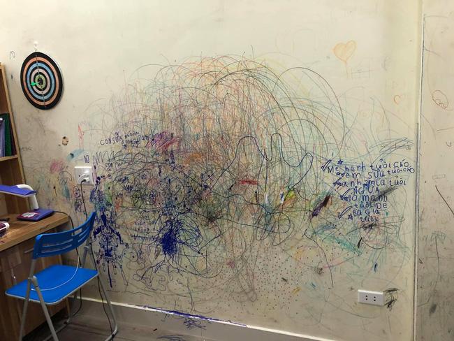 Cho con thoải mái vẽ tranh trừu tượng lên tường, bố mẹ giờ đây chỉ biết khóc thét, lên mạng tìm người cùng cảnh ngộ - Ảnh 5.