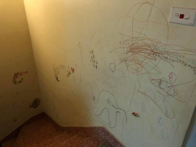 Cho con thoải mái vẽ tranh trừu tượng lên tường, bố mẹ giờ đây chỉ biết khóc thét, lên mạng tìm người cùng cảnh ngộ - Ảnh 8.