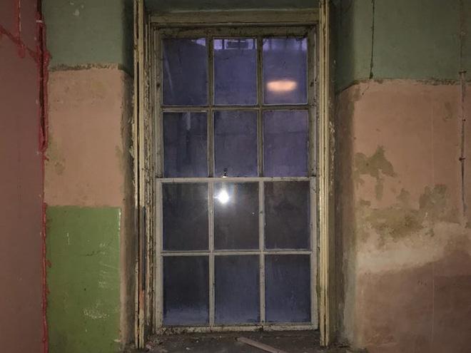 Thích cải tạo nhà lúc rảnh rỗi, người đàn ông gây bất ngờ khi hô biến tầng hầm đổ nát, xập xệ thành căn hộ tiền tỷ - Ảnh 9.