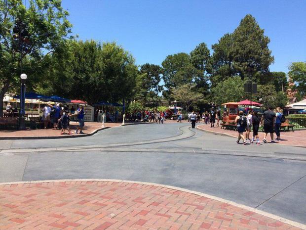 """Disneyland: Từ nơi hạnh phúc nhất hành tinh"""" bỗng hóa nơi... hiu quạnh nhất - Ảnh 1."""