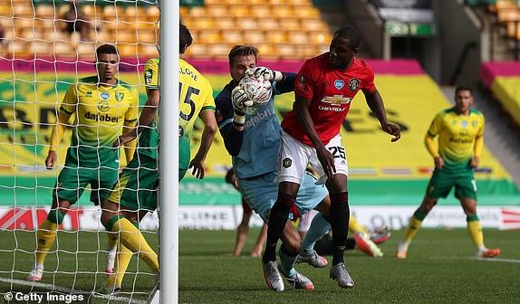 Hậu vệ đắt nhất thế giới lập chiến công, Man United nghẹt thở giành vé vào bán kết - Ảnh 1.