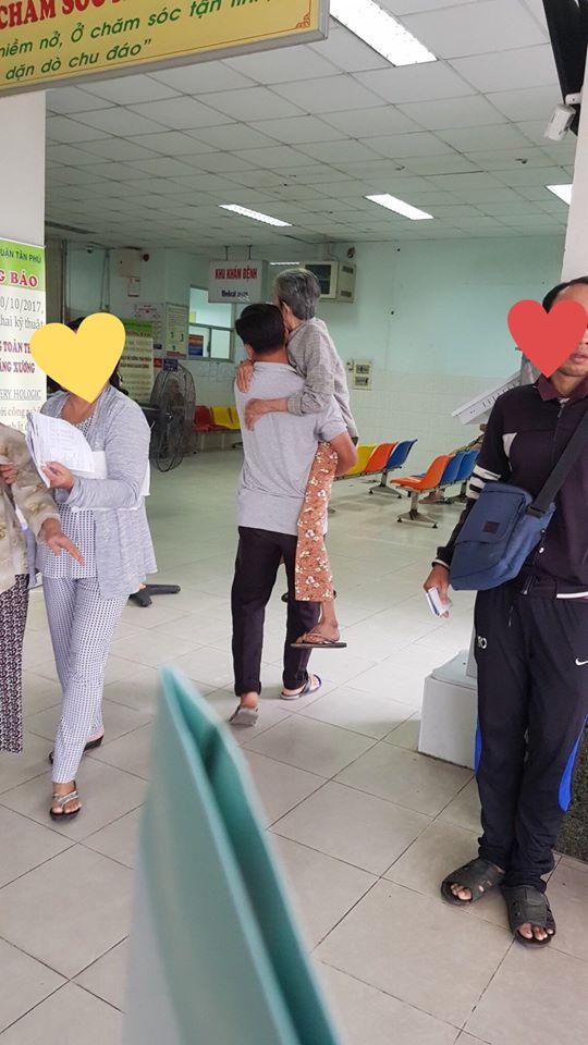 Bức ảnh người đàn ông bế mẹ già trong bệnh viện gây xúc động mạnh - Ảnh 1.
