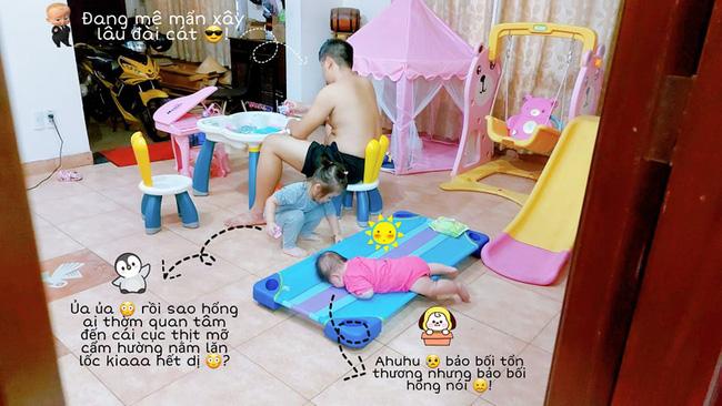 Cười xỉu cảnh bố trông con có 1-0-2: Không chỉ giành đồ chơi của đứa lớn mà còn để đứa bé nằm như cá mắc cạn đến thương - Ảnh 1.