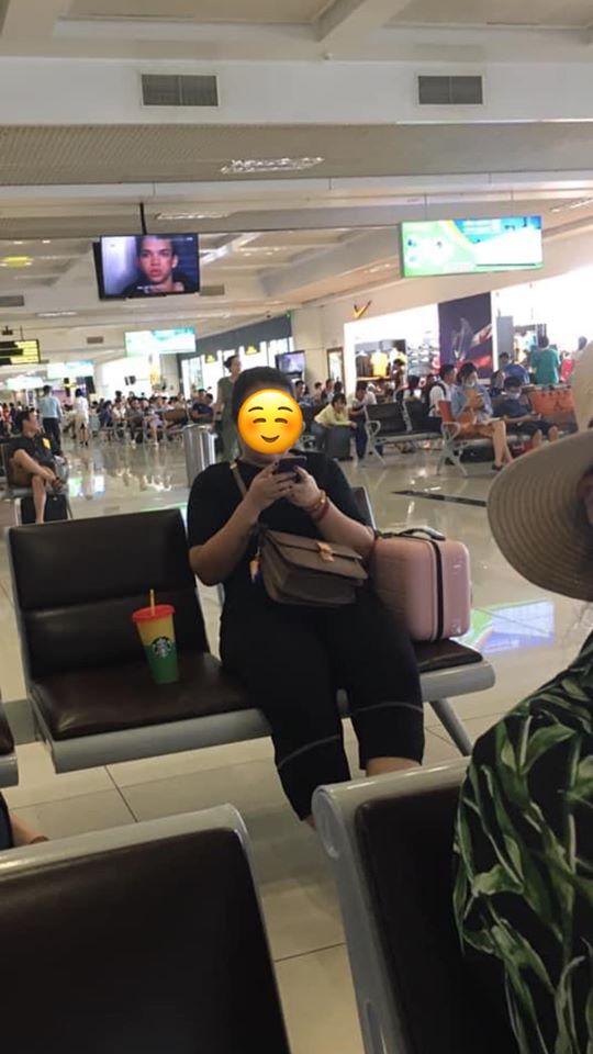 Người đàn ông xin ngồi kế bên trong phòng chờ sân bay bị cô gái từ chối chỉ vì ghế để cốc nước, câu nói thiếu văn hóa sau đó mới gây người bức xúc - ảnh 1
