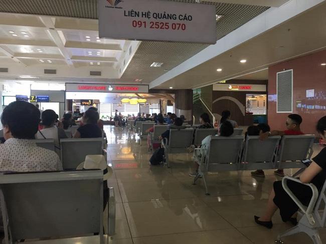 Người đàn ông xin ngồi kế bên trong phòng chờ sân bay bị cô gái từ chối chỉ vì ghế để cốc nước, câu nói thiếu văn hóa sau đó mới gây người bức xúc - ảnh 3