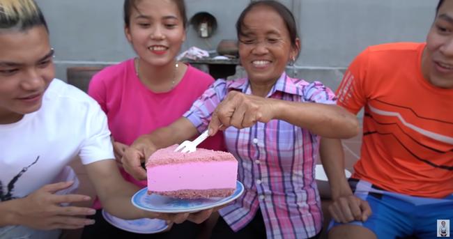 Đứng người với bà Tân Vlog, lúi húi làm bánh bị chó liếm đĩa không biết, vô tư dùng lại chia bánh cho các cháu thưởng thức - Ảnh 4.