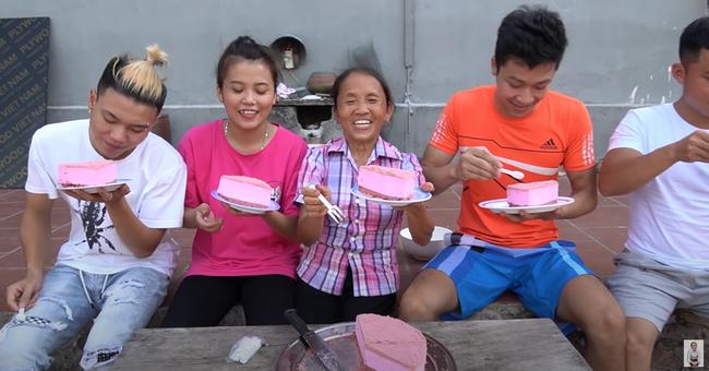 Đứng người với bà Tân Vlog, lúi húi làm bánh bị chó liếm đĩa không biết, vô tư dùng lại chia bánh cho các cháu thưởng thức - Ảnh 5.