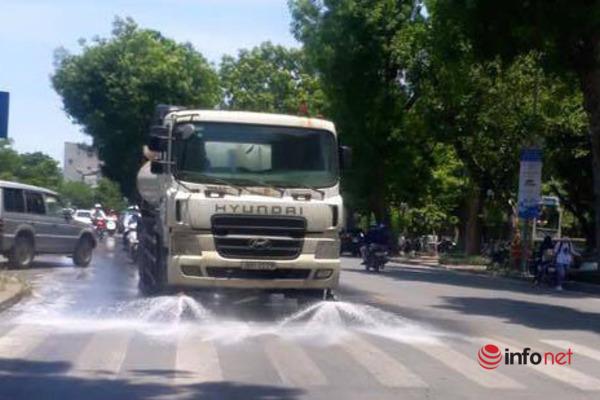 Hà Nội chi 114 tỷ phun nước hạ nhiệt: Nhiều quận, huyện hẹn... mùa thu mới phun - Ảnh 2.
