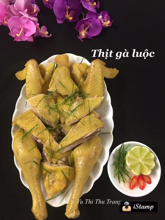 Mẹ Việt ở Thụy Điển bật mí 4 bí quyết luộc và chặt gà nguyên con không bị nát, xếp lên đĩa ai cũng phải trầm trồ - Ảnh 1.