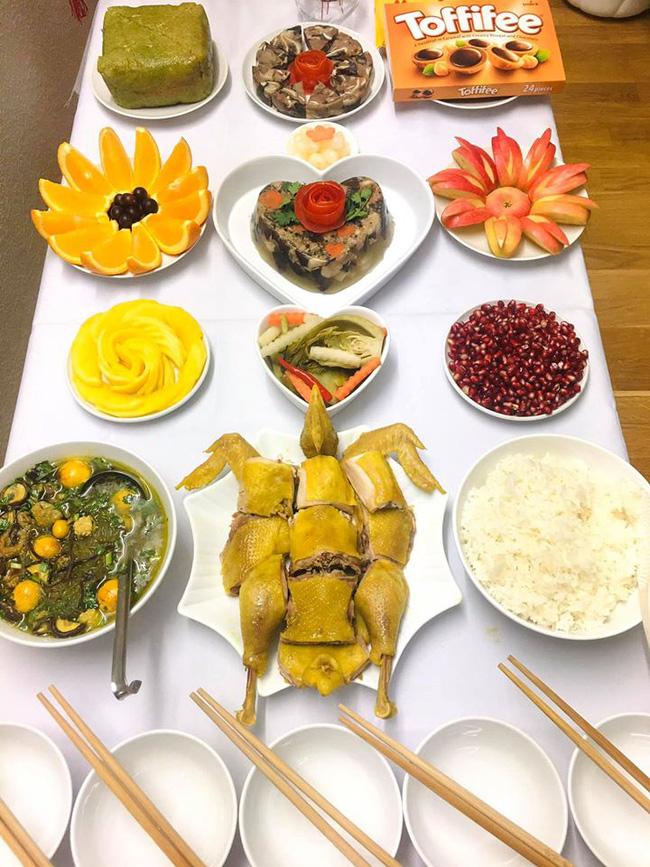 Mẹ Việt ở Thụy Điển bật mí 4 bí quyết luộc và chặt gà nguyên con không bị nát, xếp lên đĩa ai cũng phải trầm trồ - Ảnh 2.