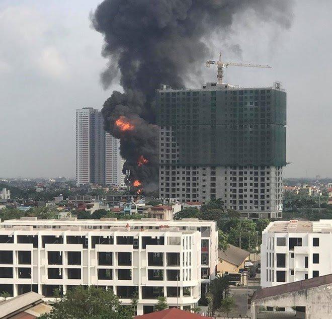 Ảnh: Cháy dữ dội kho hóa chất ở Long Biên, thùng phuy phát nổ bay cao hàng chục mét - Ảnh 3.