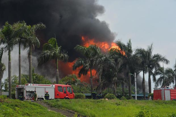 Ảnh: Cháy dữ dội kho hóa chất ở Long Biên, thùng phuy phát nổ bay cao hàng chục mét - Ảnh 2.