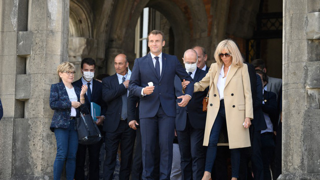 Đệ nhất phu nhân Pháp tự tin xuất hiện công khai bên chồng sau ca phẫu thuật, gây chú ý nhất là hành động của Tổng thống Pháp - Ảnh 2.