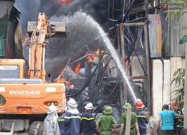 Ảnh: Cháy dữ dội kho hóa chất ở Long Biên, thùng phuy phát nổ bay cao hàng chục mét - Ảnh 6.