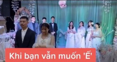 Tình huống tréo ngoe xảy ra ngay trong lễ cưới khiến cô dâu chú rể ngơ ngác còn hội bạn bè thì ngao ngán quay đi - Ảnh 1.