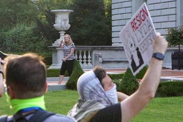 Cặp vợ chồng da trắng rút súng dọa bắn người biểu tình gây tranh cãi cực mạnh, và đây là sự thật đằng sau đó - Ảnh 2.