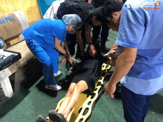 Fan nữ trên sân Hàng Đẫy bị ngất, được đưa đi cấp cứu vì tụt huyết áp, không ăn cơm trưa - Ảnh 1.
