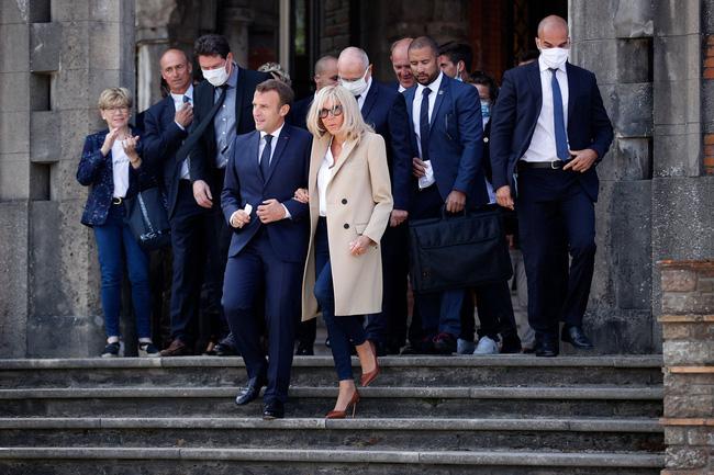 Đệ nhất phu nhân Pháp tự tin xuất hiện công khai bên chồng sau ca phẫu thuật, gây chú ý nhất là hành động của Tổng thống Pháp - Ảnh 3.