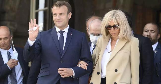Đệ nhất phu nhân Pháp tự tin xuất hiện công khai bên chồng sau ca phẫu thuật, gây chú ý nhất là hành động của Tổng thống Pháp - Ảnh 4.