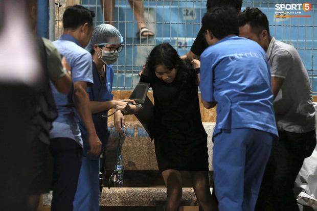 Fan nữ trên sân Hàng Đẫy bị ngất, được đưa đi cấp cứu vì tụt huyết áp, không ăn cơm trưa - Ảnh 4.