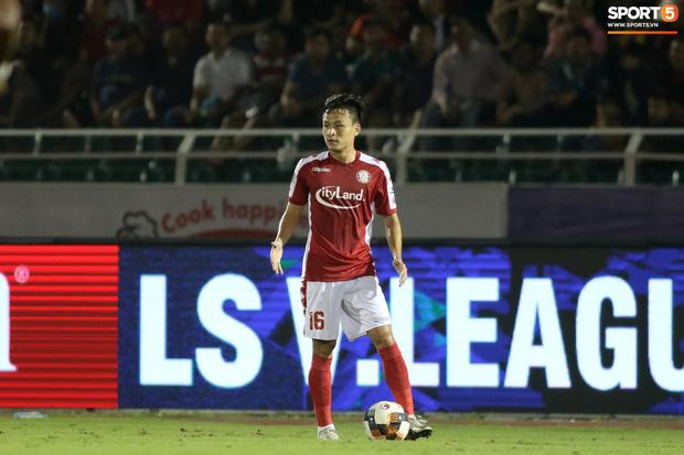 Thót tim với tình huống cựu tuyển thủ U23 Việt Nam nằm gục xuống sân ngay khi được thay ra - Ảnh 7.