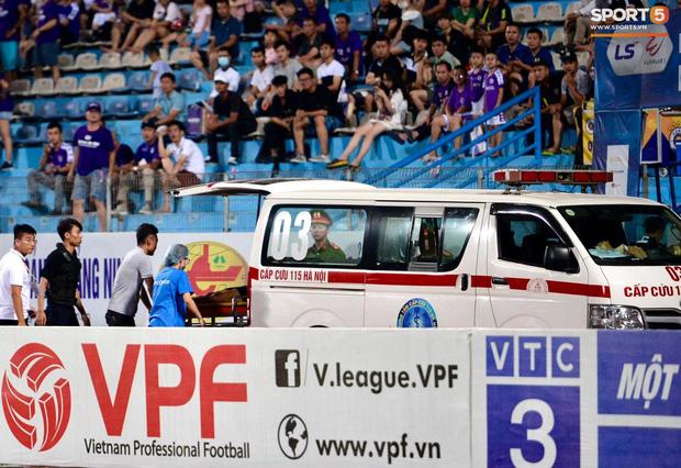 Fan nữ trên sân Hàng Đẫy bị ngất, được đưa đi cấp cứu vì tụt huyết áp, không ăn cơm trưa - Ảnh 6.