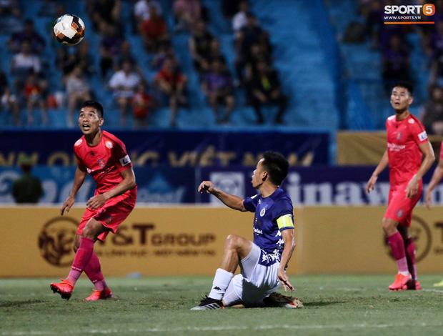 Fan nữ trên sân Hàng Đẫy bị ngất, được đưa đi cấp cứu vì tụt huyết áp, không ăn cơm trưa - Ảnh 8.