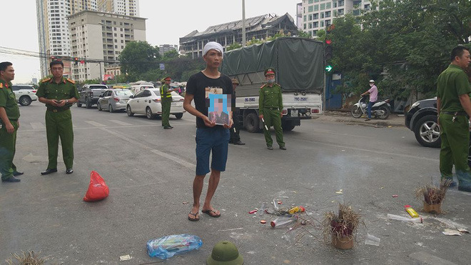 Hà Nội: Cả tuyến đường ùn tắc do gia đình nạn nhân kéo đến hiện trường vụ tai nạn 1 năm trước - Ảnh 1.