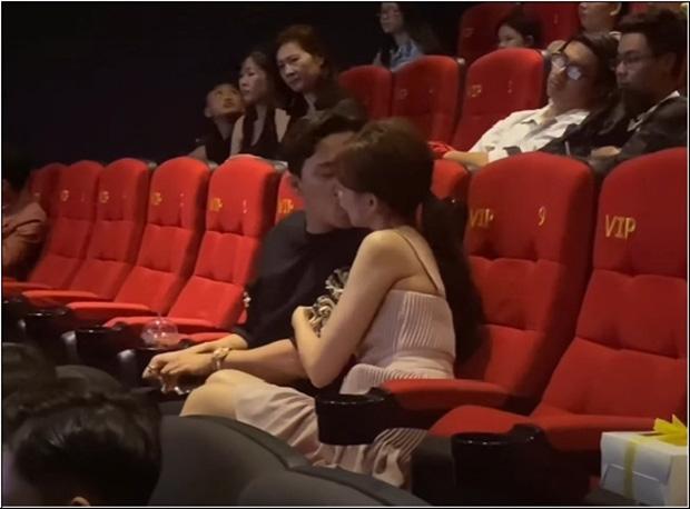 Họp báo 10 phút, Trấn Thành hôn Hari Won tận... 4 lần bất chấp ánh nhìn - ảnh 3