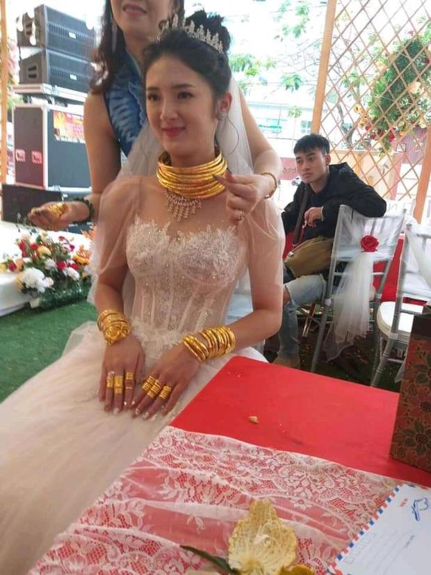 Cô dâu Sóc Trăng khiến MXH choáng ngợp, đếm số vàng trên người cô dâu cũng đủ hoa mắt chứ chưa nói đến chú rể - Ảnh 4.