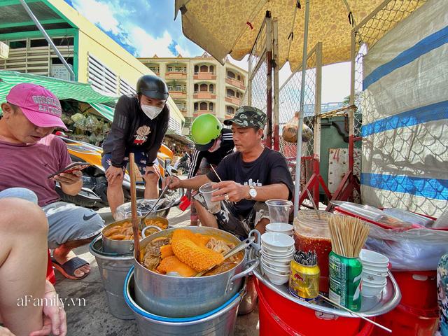 Hàng phá lấu 30 năm nổi tiếng đắt nhất Sài Gòn ở khu chợ Lớn nay đã vượt mốc hơn nửa triệu/kg, vẫn độc quyền mùi vị và khách tứ phương đều tìm tới ăn - Ảnh 1.
